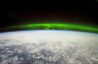 Polární záøe nad Kanadou. Prstencovitý útvar je impaktní kráter Manicouagan v Quebecu