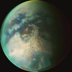 Kompozitní snímek atmosféry a povrchu Titanu