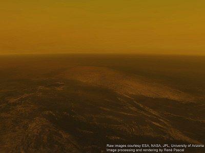 Renderovan� pohled na povrch Titanu p�i p�ist�n� sondy Huyghens z v�ky asi 5 km