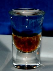 """""""Molekulární vodka"""" s kolou přidanou v podobě alginátových perel"""