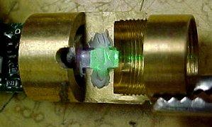 Detail rozebraného laseru za chodu