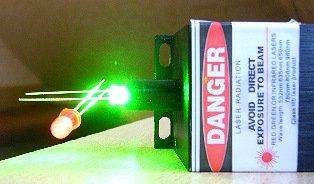 Zelená LED funguje jako fotočlánek a napájí červenou LED